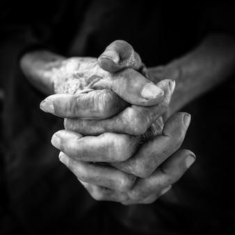 Старые руки женщины