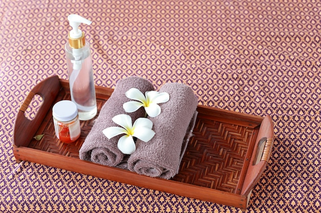 Спа и велнес настройки с цветами франжипани. концепция спа и тайского массажа