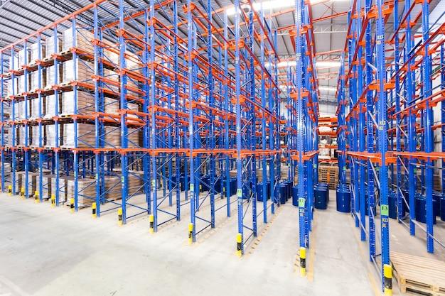 物流、保管、出荷、産業および製造のコンセプト - 倉庫の棚に保管する