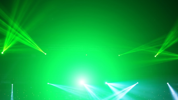 レーザー光線で舞台用スポットライト。コンサートの照明の背景