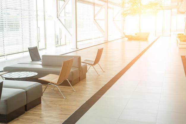 オフィスのソファーと広々としたモダンな待合室