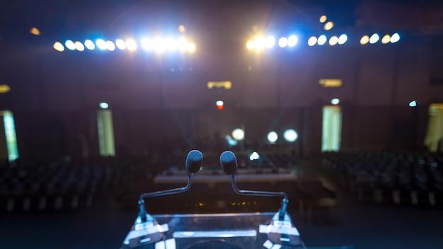 Спикер на сцене