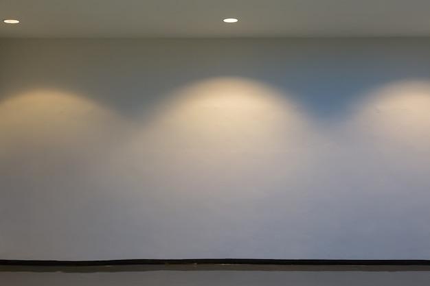 空のスペース(明るい部屋の空の壁)