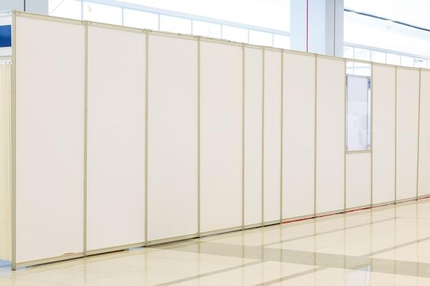 Пустое пространство (пустая стена в светлой комнате)
