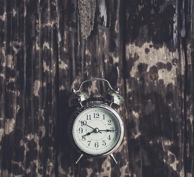 古い木製の食卓にトイレの目覚まし時計
