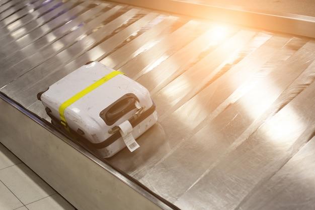 Багаж на треке в аэропорту