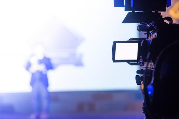 ビジネスパーティーで働くビデオカメラオペレーター