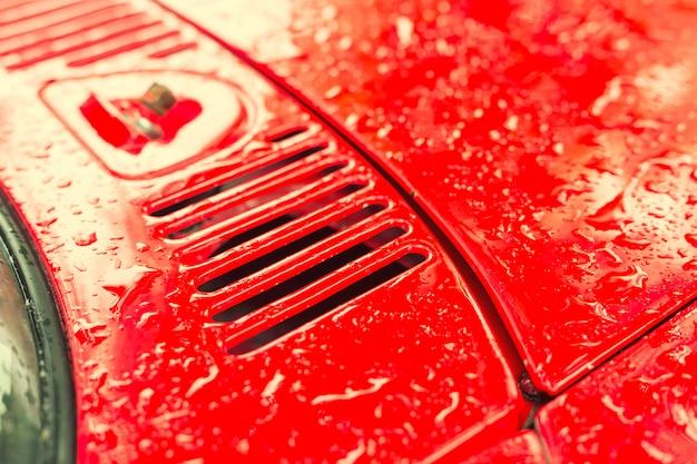赤いビンテージ車の部品