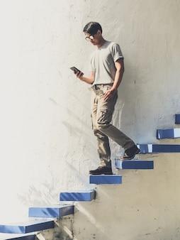 男は階段を上がる