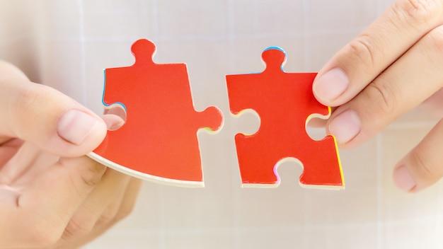 Кусочки головоломки в руках женщины
