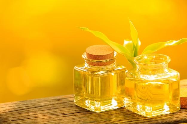 Бутылка ароматного эфирного масла или спа на деревянном столе,