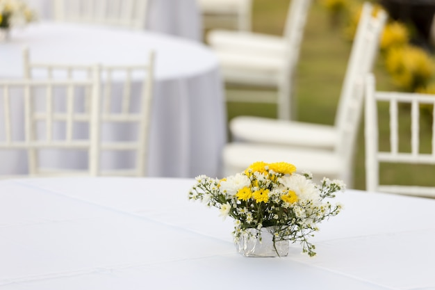 結婚披露宴で屋外白いテーブルの上の花の装飾