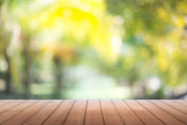朝の窓の背景のぼかしと木製のテーブルトップ。