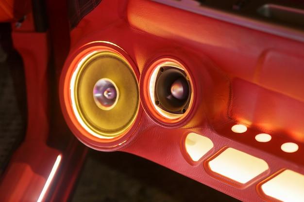 車の装飾的なステレオとスピーカーのカラフルなライト
