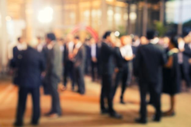 事業計画について話している人々のグループの焦点外