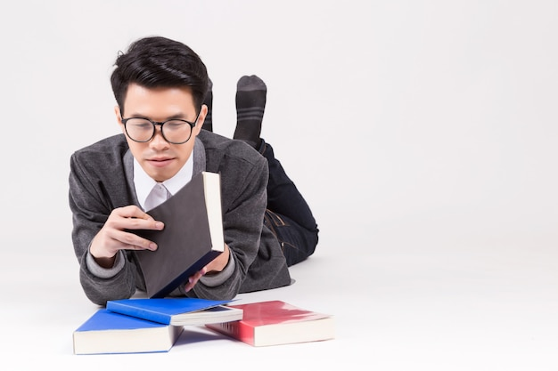 学習の付属品を持つ若いアジア大学院生。
