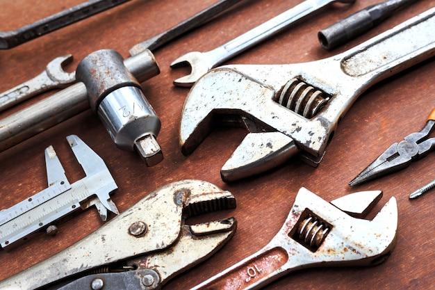 木製のテーブル背景に作業工具。上面図