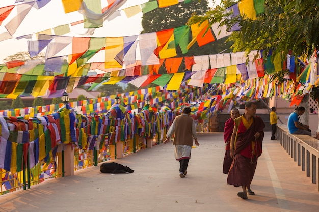 Люди в бодхгайе, а бодх-гая является религиозным местом буддизма