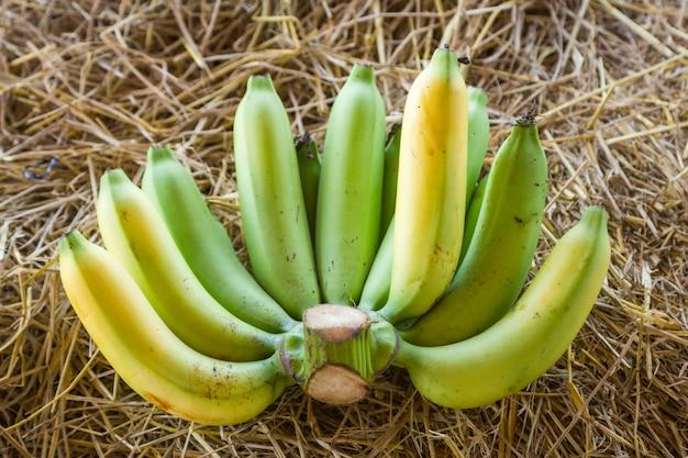 Бананы на сушеной соломе