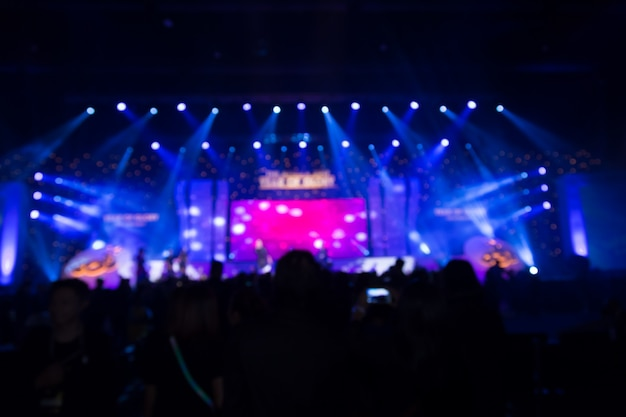 コンサートステージの前で群衆の焦点がずれる