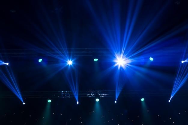 Сценический прожектор с лазерными лучами. фоновое освещение концерта