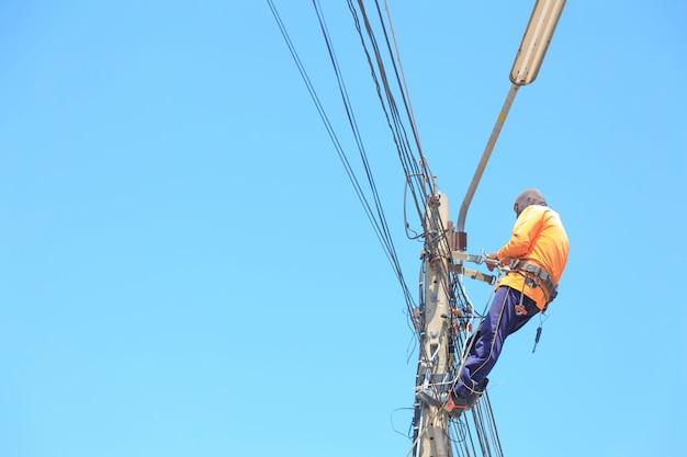 高圧送電線の修理と電球の交換の電気技師