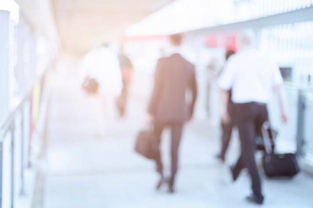 ビジネスセンターの廊下を歩いてビジネス人々の焦点