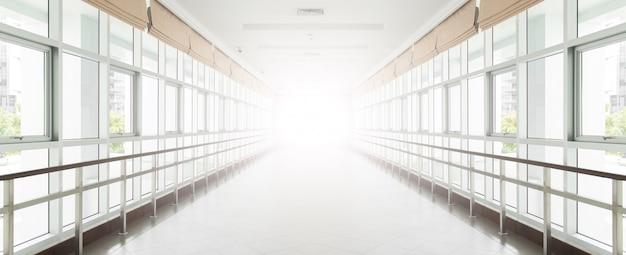 近代的なオフィスビルの空の長い廊下。バックグラウンド