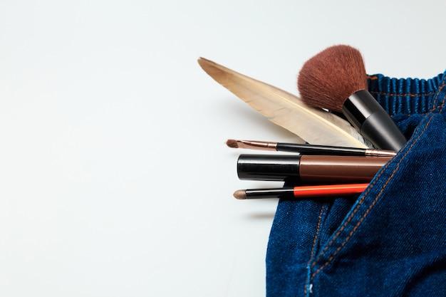 女性デニムジーンズからこぼれる化粧品や化粧品化粧品