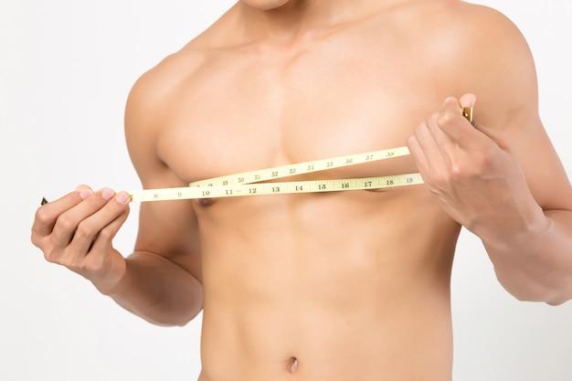 彼の体の測定をしている人。白い背景で撮影スタジオ