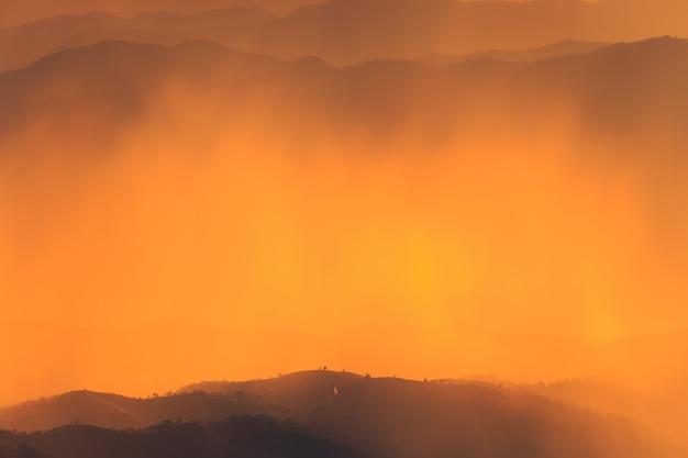 Пейзаж горы и теплый свет и дождливая природа