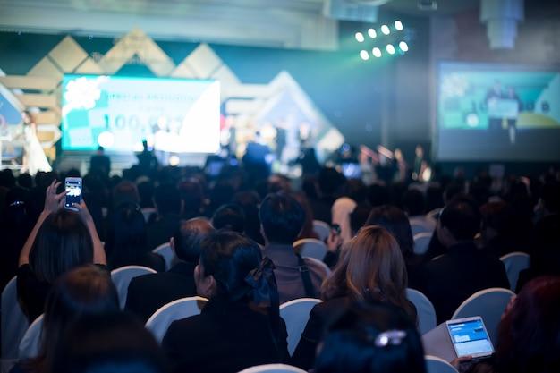 ビジネスセンターのコンベンションホールの背景のデフォーカス