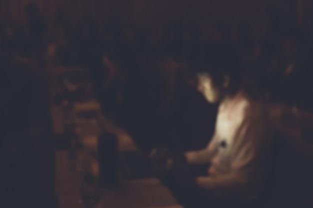 セミナー室で現代のラップトップで働くビジネスマンの焦点がずれています。
