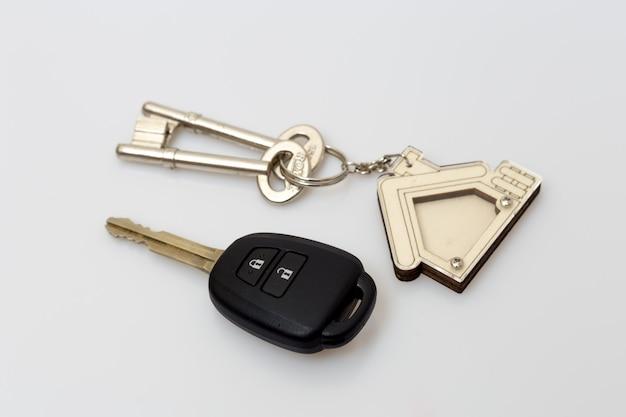 テーブルの上の車と家の鍵。成功のコンセプト