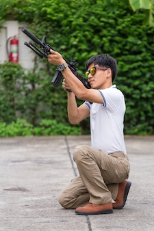 銃を持つ貨物ズボンの男