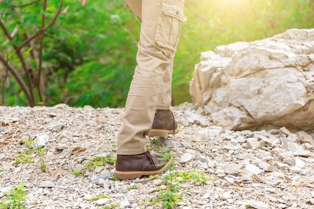 Человек, носящий брюки-карго и восхождение на скале