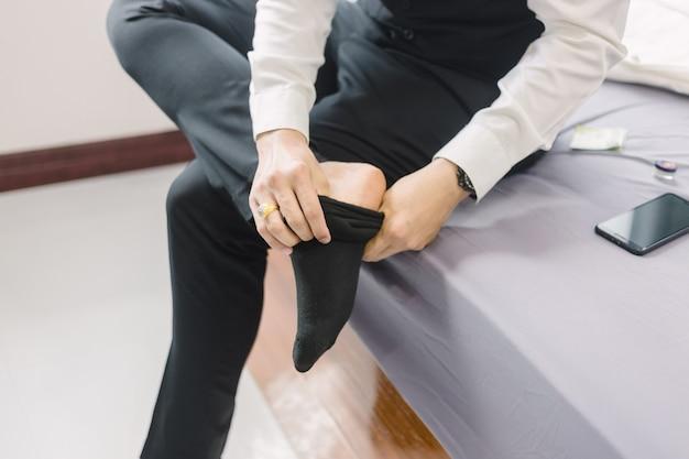 Деловой человек носит обувь. чтобы подготовиться к работе или встрече