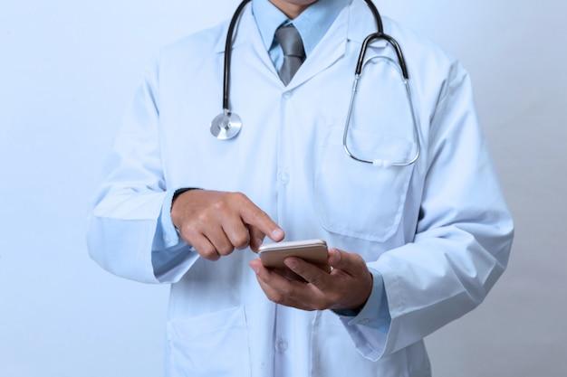 スマートフォンを持つ医師