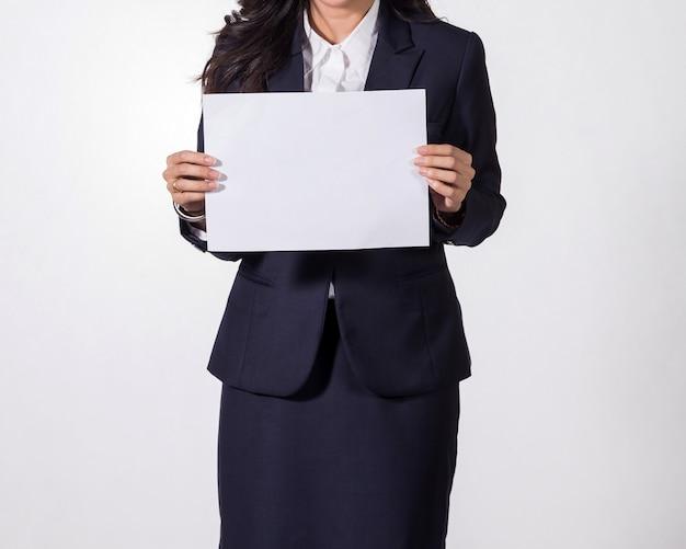 空白のホワイトペーパーを示すビジネス女性。