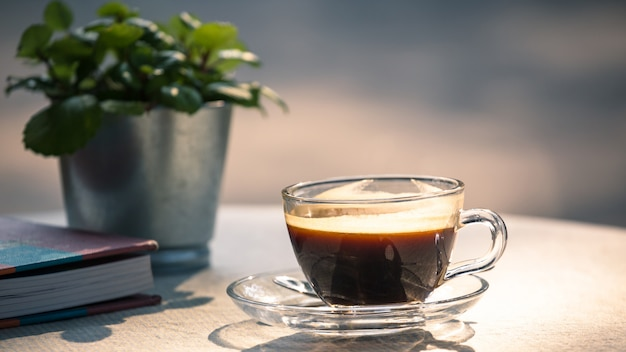 テーブルの上のブラックコーヒーのホットカップ
