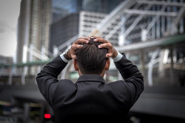 Деловой человек устал или подчеркнул после его работы. изображение подчеркнул бизнесмен концепции.