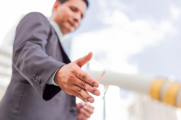 若いアジアのハンサムな実業家とビジネスの提供、パートナーシップ