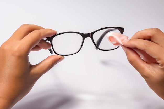 白で隔離される光沢のある黒いフレームと黒い眼鏡メガネを持って男