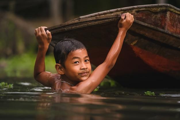 川で泳いでいる少年