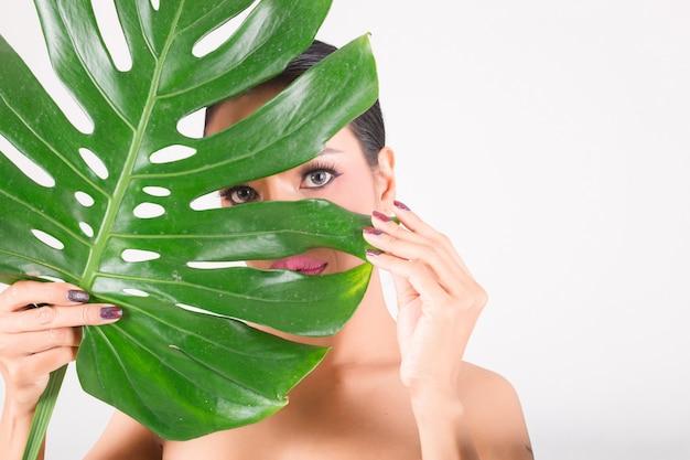 緑の葉を持つ女性