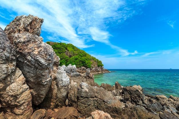 カイ島、プーケット、タイ。砂浜とアンダマン海の青い透明な水の小さな熱帯の島。