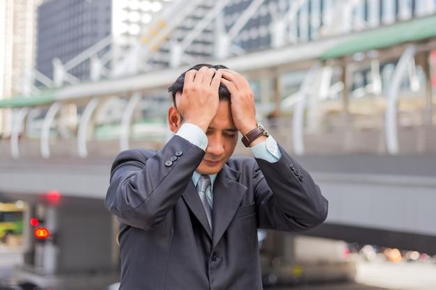 ビジネスの男性は彼の仕事の後に疲れているか強調しました。強調した実業家の概念のイメージ。