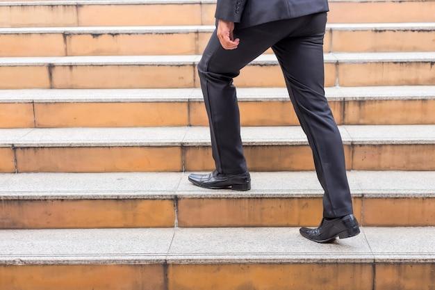 ビジネスマンは仕事にラッシュアワーで階段を上る。急いでください。