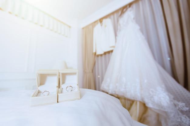 結婚式の概念のための新郎新婦のアクセサリーの準備。