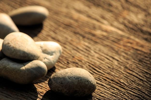 Дзен и спа камень на простой деревянный с копией пространства